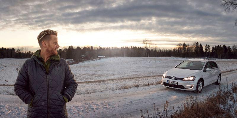 Ginge steht an einem Feldweg, im Hintergrund sein e-Golf