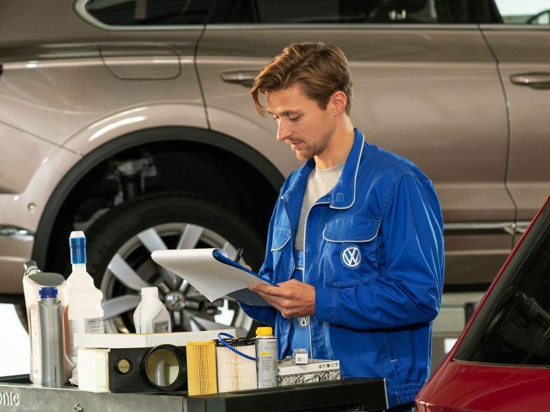 Un Réparateur Agréé Volkswagen inspecte un mémo