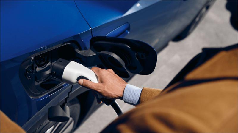 Un homme recharge son ID.4 Volkswagen