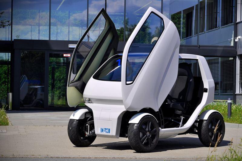 Elektryczny EO smart connecting car posiada unoszone w górę drzwi
