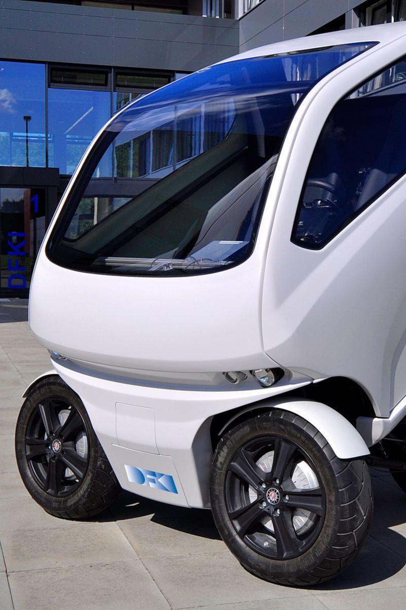 Elektryczny EO smart connecting car może ustawić koła prostopadle do osi nadwozia