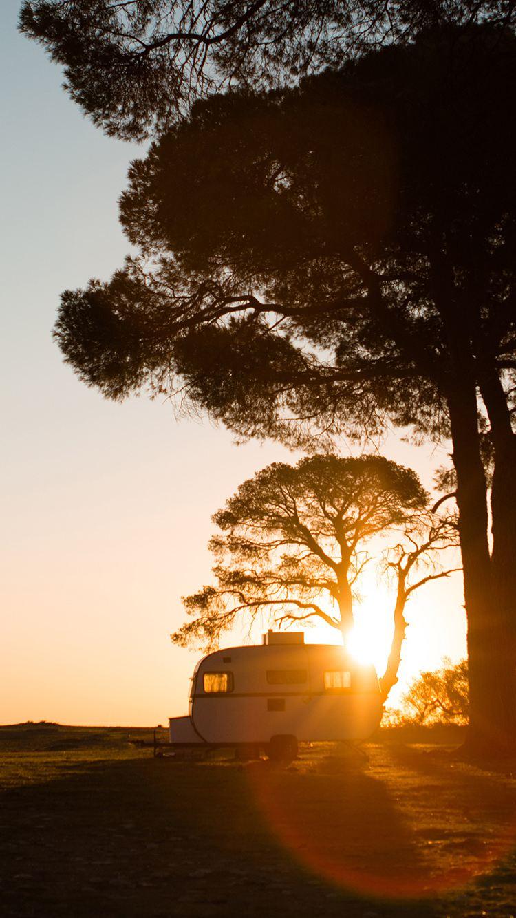 Wohnwagen im Sonnenuntergang