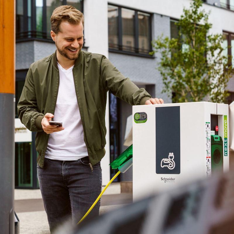 Ładowanie samochodu elektrycznego ze stacji ładowania