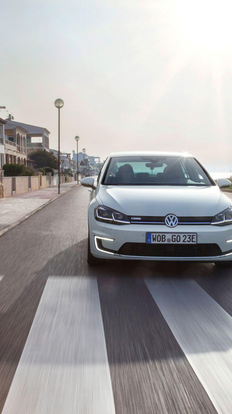 Un'Auto elettrica Volkswagen mentre percorre una strada