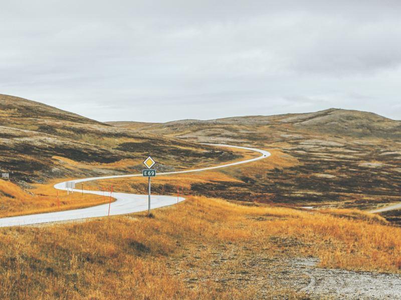 Eine einsame, gewundene Straße in Norwegen.