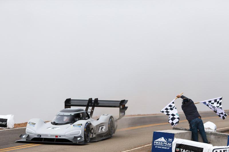 E-Rennwagen fährt in Ziel bei Pikes Peak ein