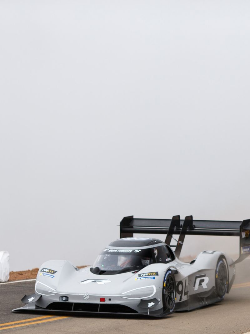 L'auto da competizione  a trazione elettrica taglia il traguardo a Pikes Peak