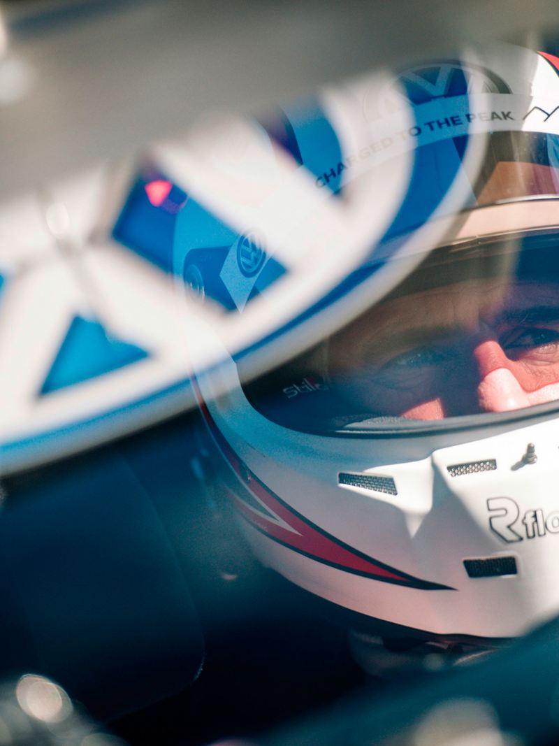 Il pilota di auto da corsa elettriche infrange il record sul tracciato di Pikes Peak con la ID. R