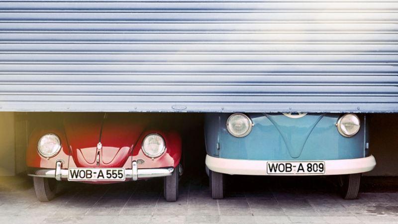 un Maggiolino e un Bulli Volkswagen in un garage