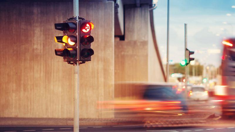 Semaforo in contesto urbano