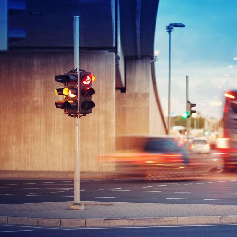 Trafikljus under en betongbro.