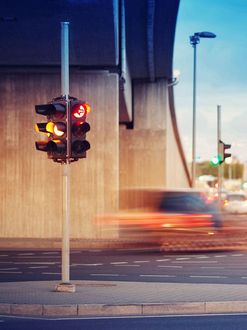Semaforo sotto un viadotto
