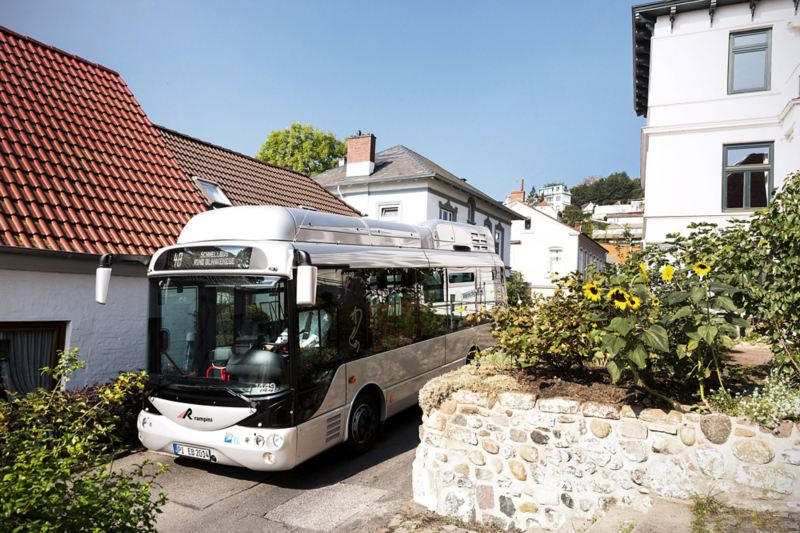 Autobus elettrico della VHH che attraversa il quartiere di Blankenese