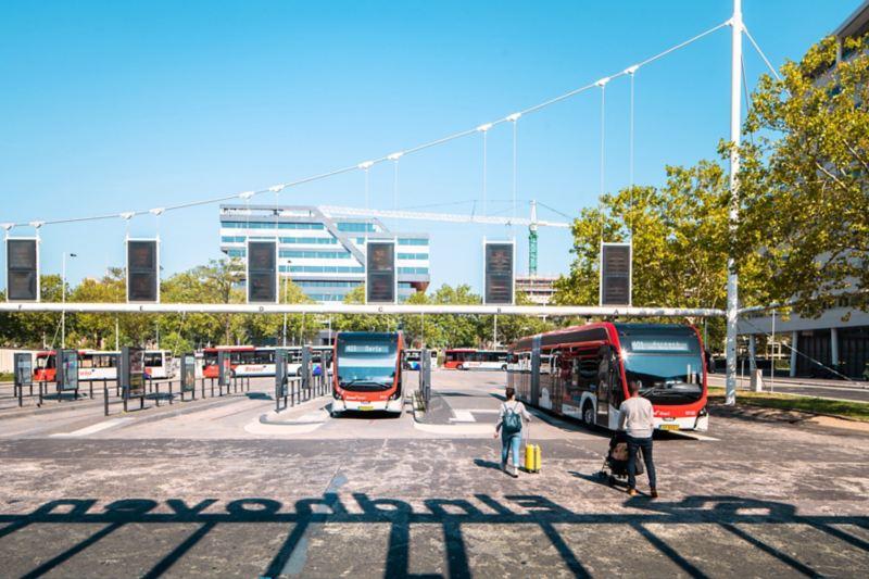 Busbahnhof mit Elektrobussen in Eindhoven