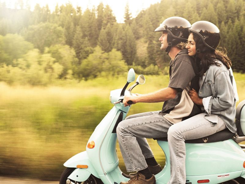 Ragazzo e ragazza in scooter