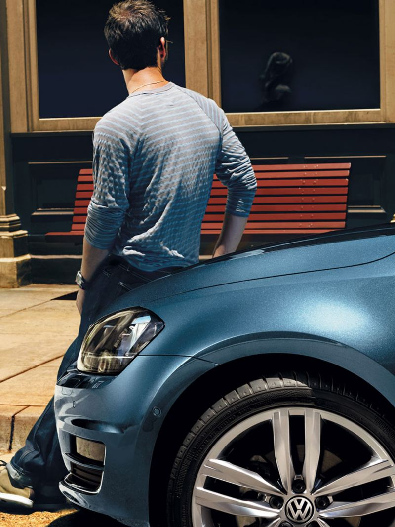 Couple et leur Volkswagen Golf dans la rue