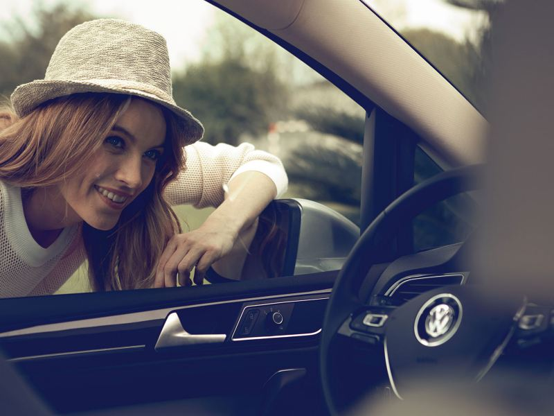 Une femme regarde dans une Volkswagen