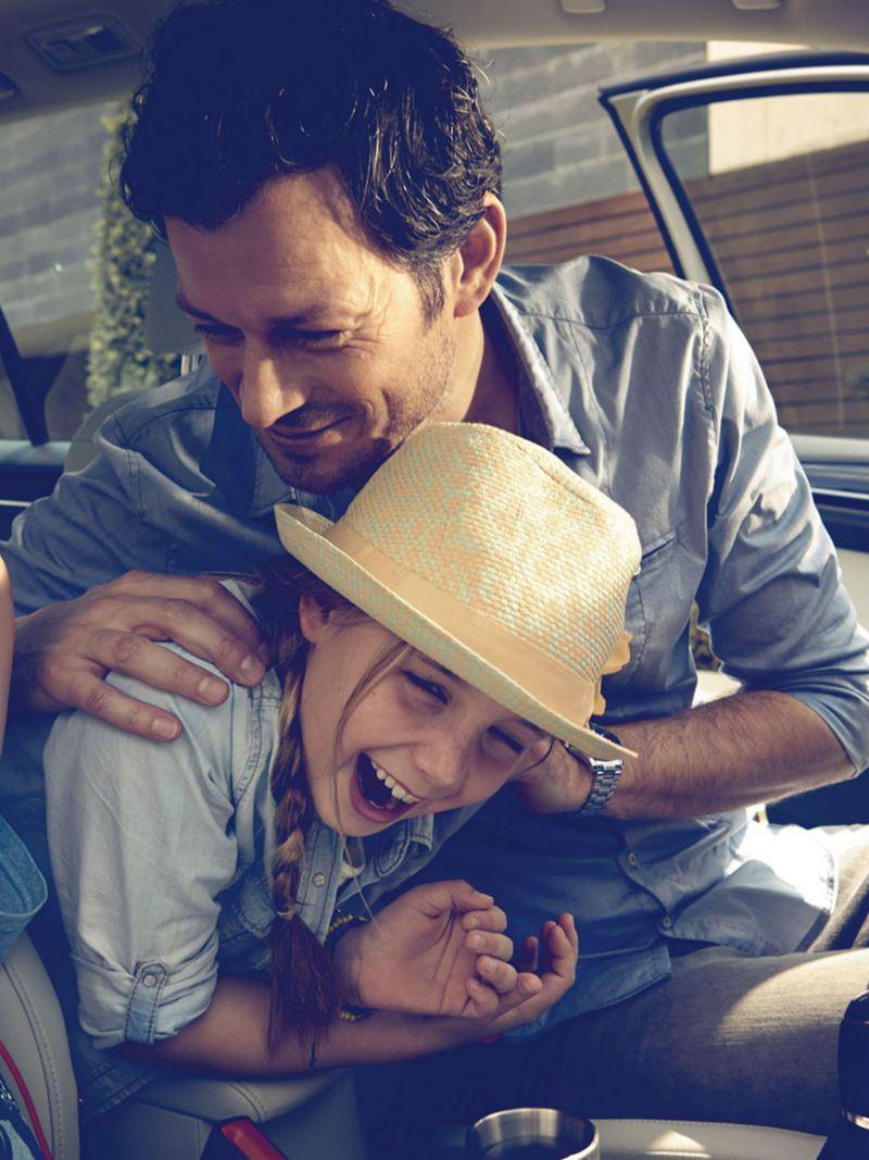 Une famille s'amuse dans leur Volkswagen