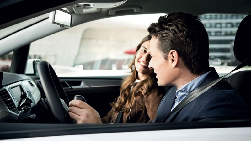 Couple à bord de leur Volkswagen