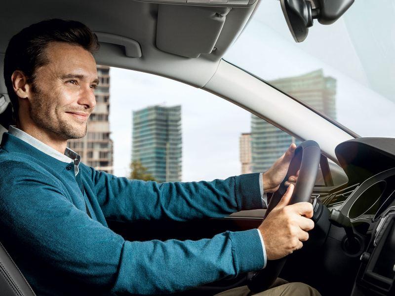Un homme conduit une Volkswagen