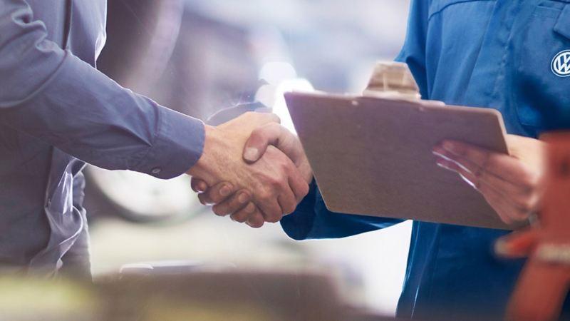 Handschlag mit Volkswagen Händler