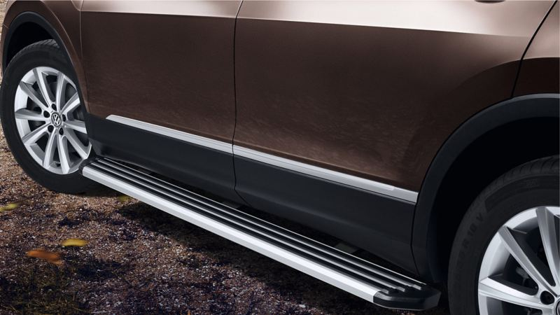 Footboard for the side skirt