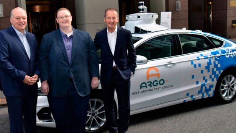 Herbert Diess, Jim Hackett y Bryan Salesky celebrando alianza para creación de autos eléctricos