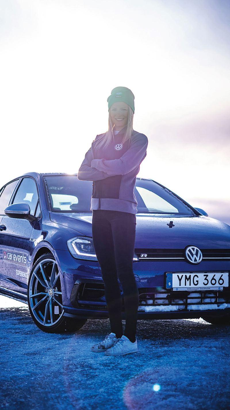 Frida Karlsson framför Volkswagen Golf R
