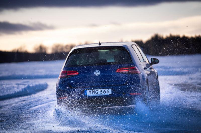 Volkswagen Golf R körandes på isen