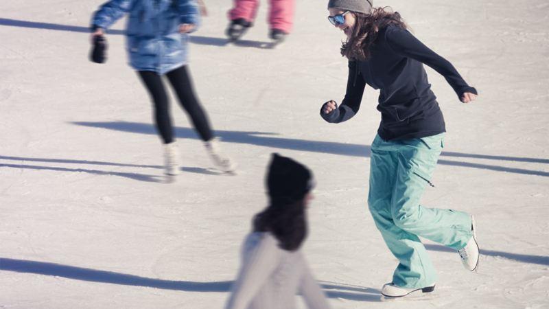 Menschen beim Schlittschuhlaufen