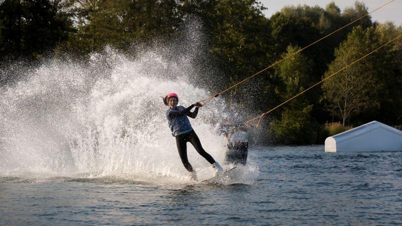 Eine Frau fährt Wasserski