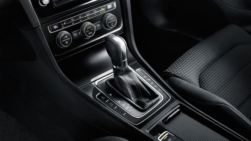 Innenansicht eines VW Golfs, Detail Kupplungsgetriebe in der Mittelkonsole