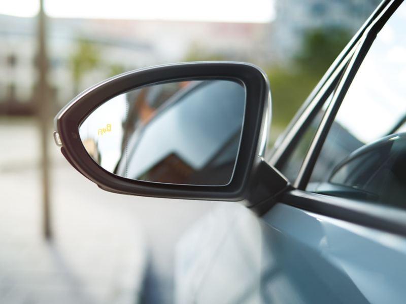 Buitenspiegel van een VW Golf met zichtbaar symbool van de Blind Spot Sensor