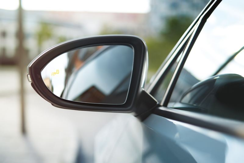 Dettaglio dello specchietto retrovisore esterno di una Volkswagen Golf