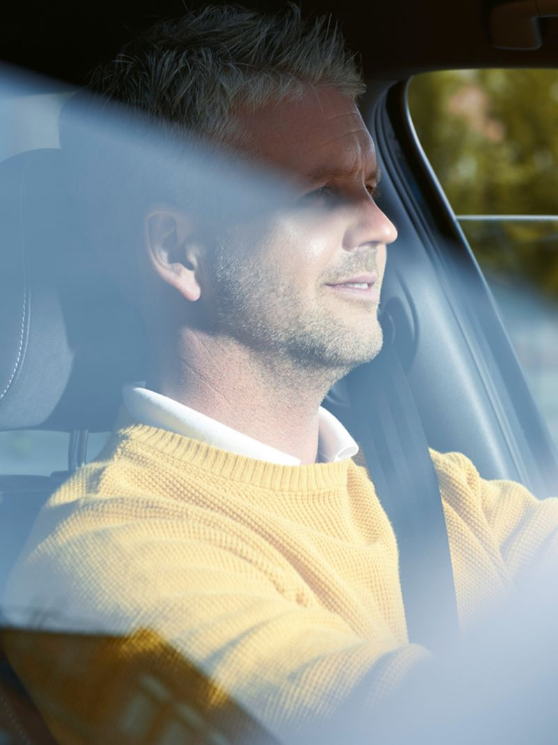 Mann sitzt auf dem Fahrersitz eines VW Golf GTD