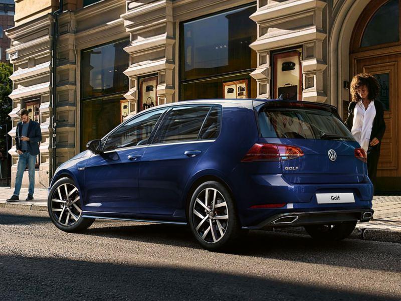 Ragazza si avvicina a VW Golf parcheggiata davanti al portone di casa