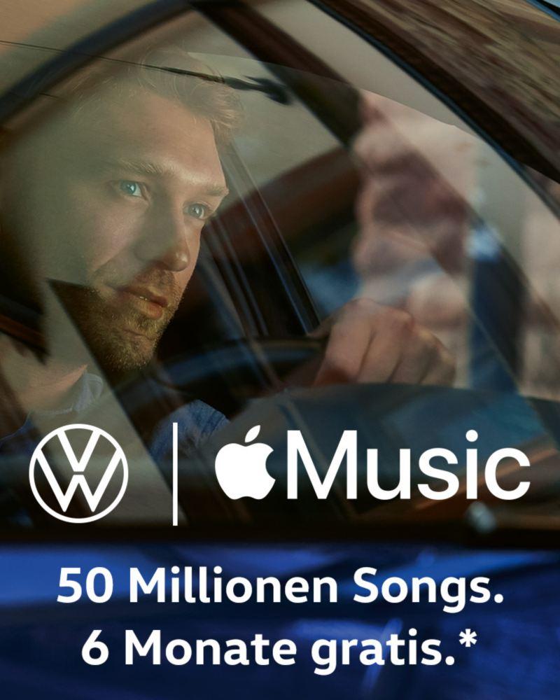 Ein Mann hinter dem Steuer eines Volkswagen.