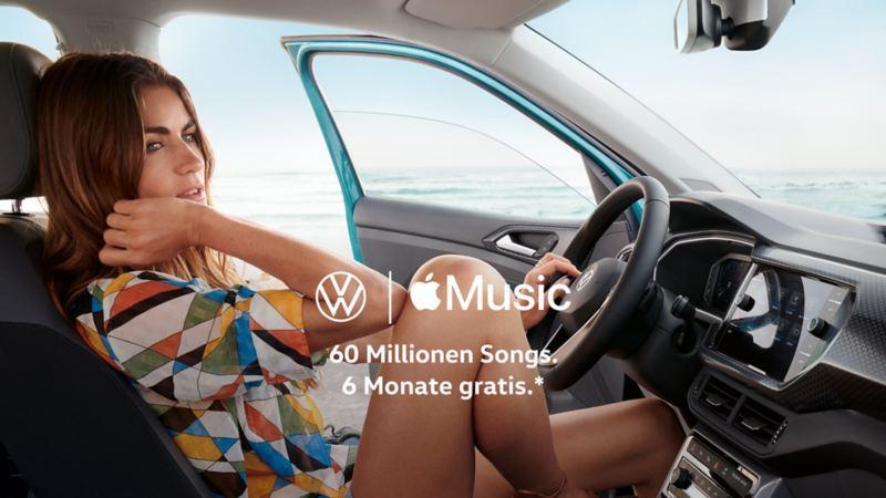 Frau sitzt entspannt auf dem Fahrersitz im Innenraum eines Volkswagens