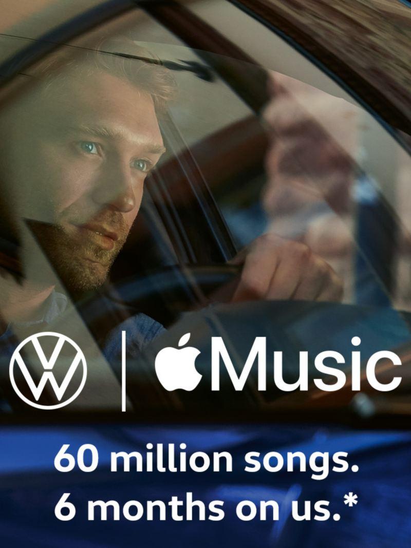Homem dentro de um VW, logótipos da Volkswagen e da Apple Music