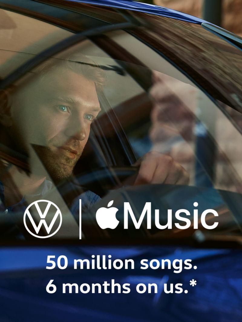 Un homme dans une Volkswagen, logos de Volkswagen et d'Apple Music.