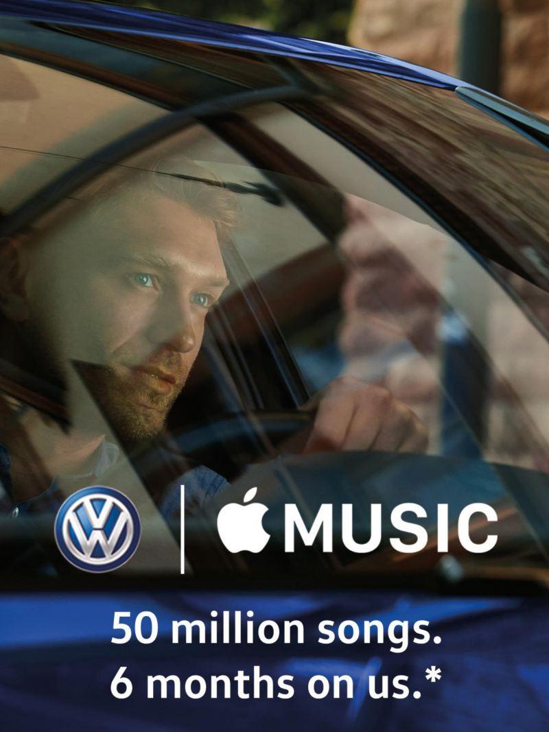 Un homme dans une Volkswagen, logos de Volkswagen et Apple Music