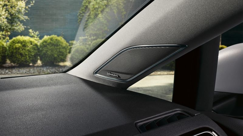 Vista interna di una Volkswagen Golf, dettaglio di un altoparlante laterale anteriore