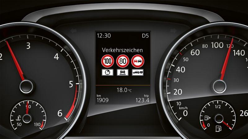 Darstellung der Verkehrszeichenerkennung im Multifunktionsdisplay im VW Golf