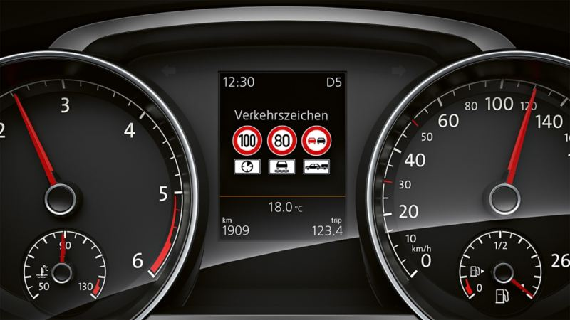 Image of traffic sign recognition in the multifunction display of the VW Golf