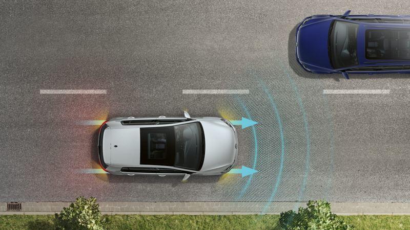Vogelperspektive eines VW Golf mit Warnblinklicht und Bremsleuchten auf einer Straße