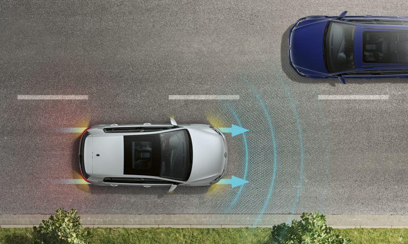 Prospettiva aerea di una Volkswagen e-Golf con indicatori di emergenza e luci di stop su strada