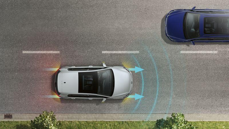 Ein VW Golf, von oben betrachtet, fährt auf einer Straße. Die Sesorik des Emergency Assists ist durch Linien und Pfeile dargestellt.