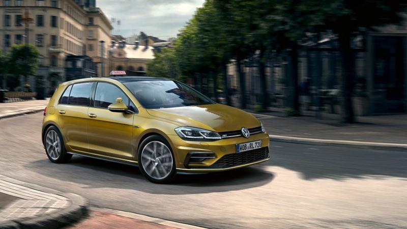 Volkswagen Golf kör svänger i stadstrafik
