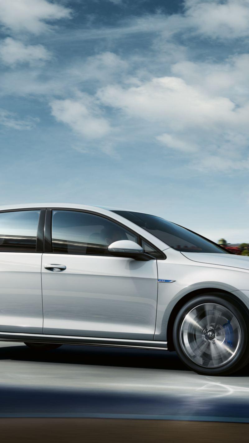 Volkswagen Golf GTE, vista laterale, in marcia su strada