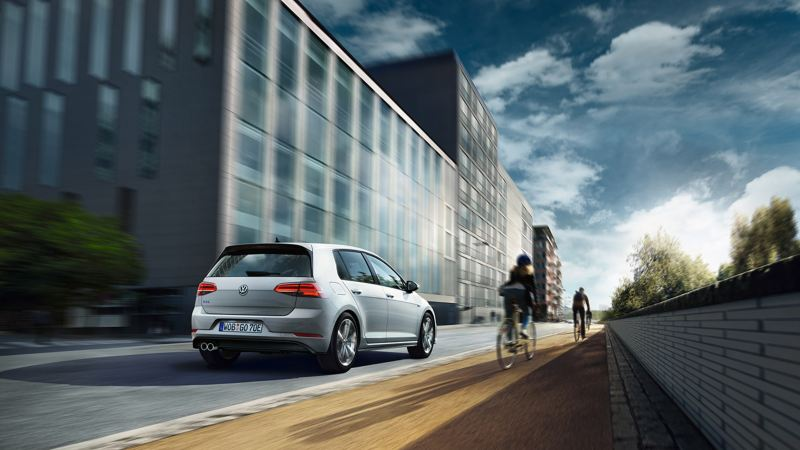Volkswagen Golf grigia in movimento